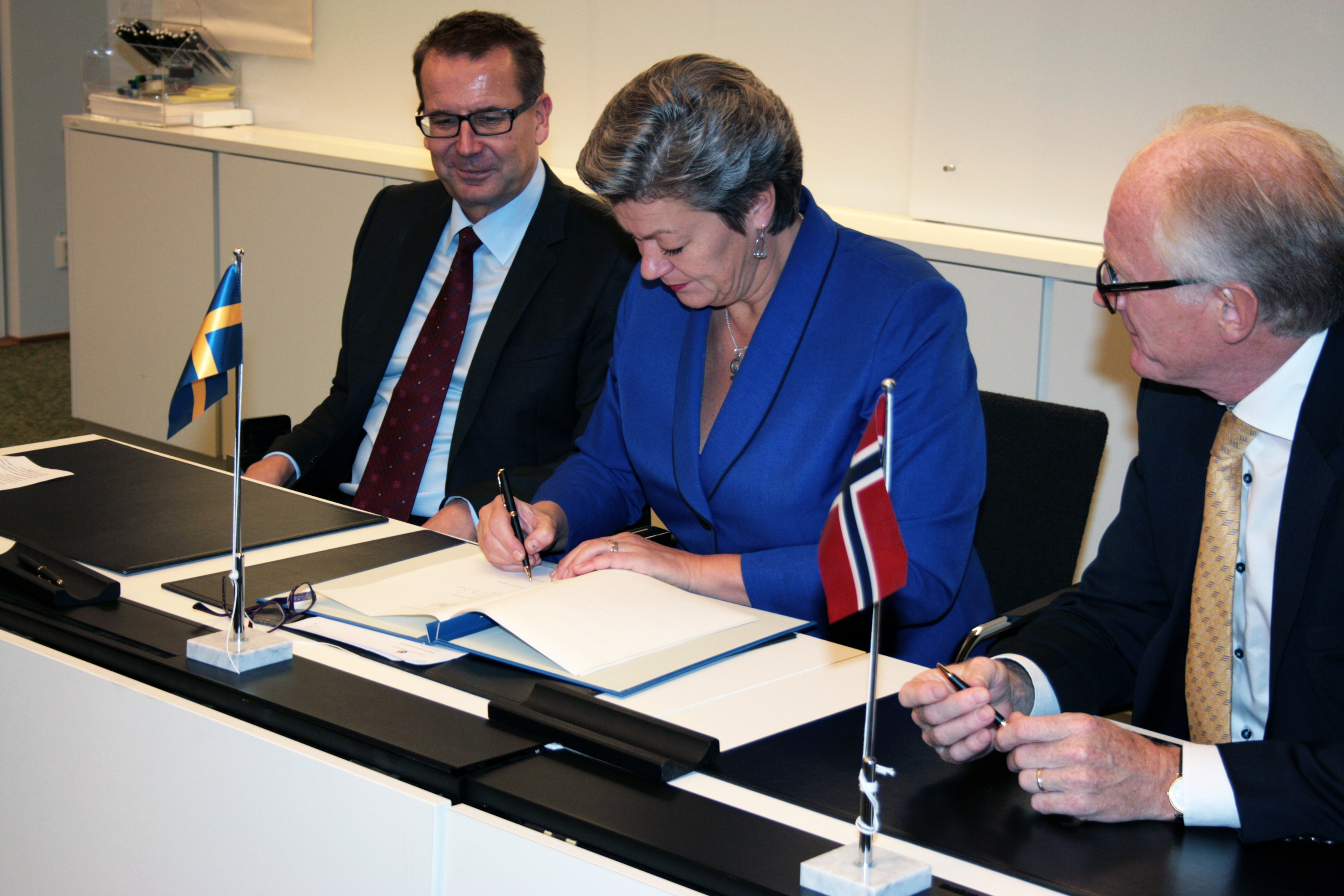Minister for Employment Ylva Johansson, ambassador of Finland Jarmo Viinanen and ambassador of Norway Kai Eide is signing a new agreement concerning the Arctic Vocational Foundation.