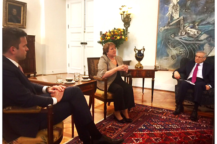 Gabriel Wikström, Michelle Bachelet and Heraldo Muñoz Valenzuela are sitting in a room and having a conversation