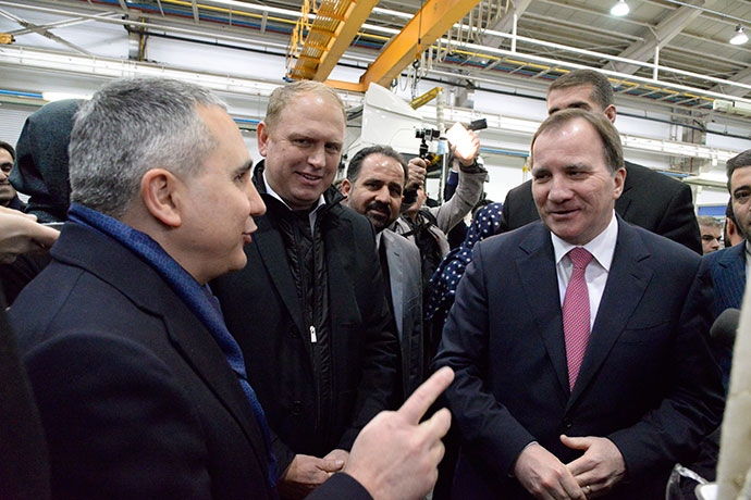 Prime Minister Stefan Löfven talking to other people visiting the Mammut plant outside of Tehran, Scania's local partner in Iran.