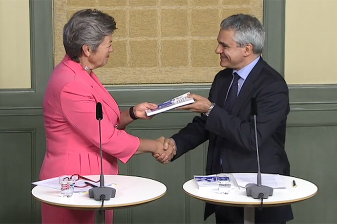 Ylva Johansson and Stefano Scarpetta is shaking hands, both looking pleased.