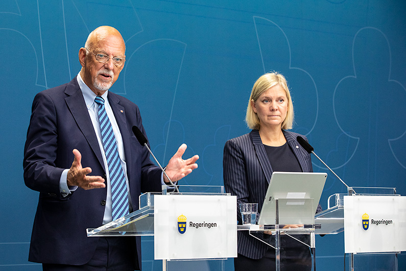 Minister for Finance Magdalena Andersson and Minister for EU Affairs Hans Dahlgren in front of journalists.