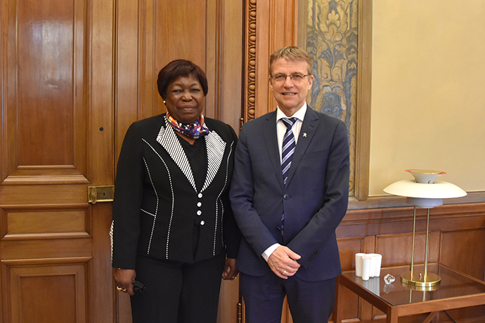 State Secretary Jan Salestrand together with Minister of National Defence of the Central African Republic Marie-Noëlle Koyara in front of a door.