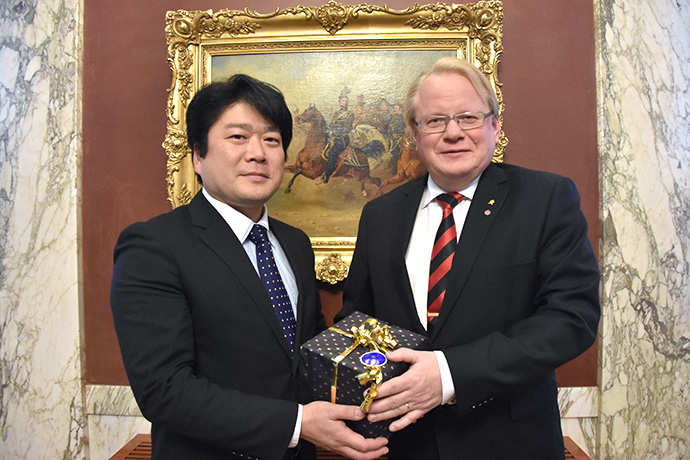 State Minister of Defence Mr Tomohiro Yamamoto receives a gift from Peter Hultqvist
