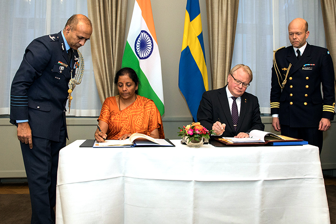Minister for Defence Peter Hultqvist and India's Minister of Defence Nirmala Sitharaman sign a security protection agreement between Sweden and India.