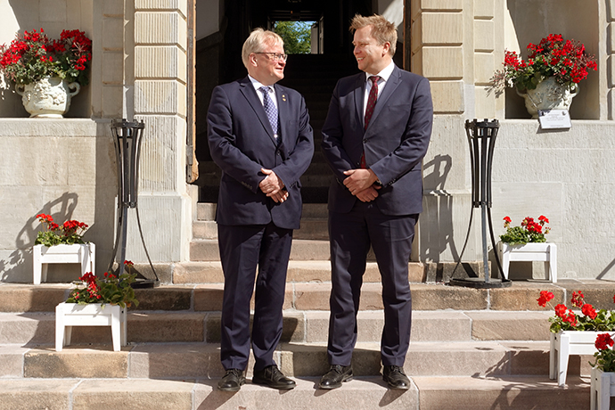 Minister for Defence Peter Hultqvist and Finland's Minister of Defence Antti Kaikkonen on the steps of Karlberg Palace