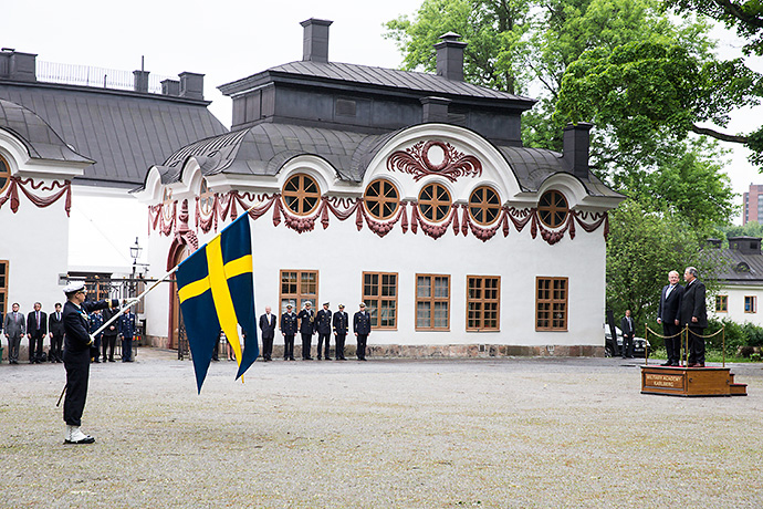 The defence ministers of Sweden and Brazil during ceremonial honors at Karlberg Castle