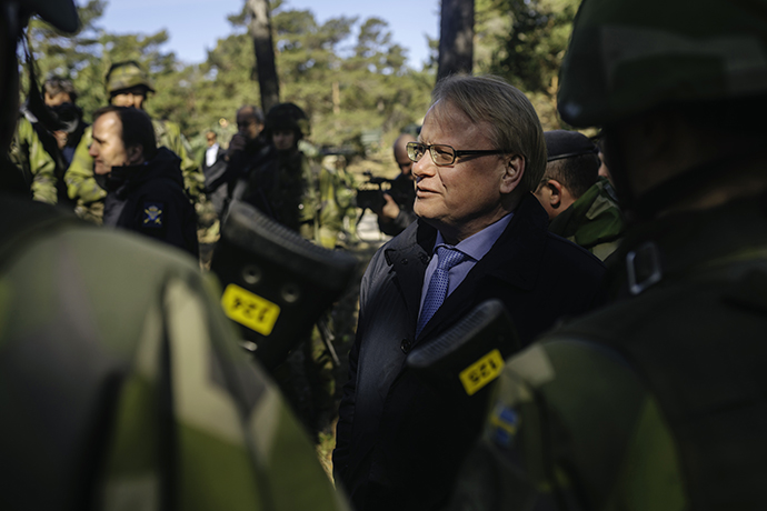 Defence Minister Peter Hultqvist with soldiers on the island of Gotland.