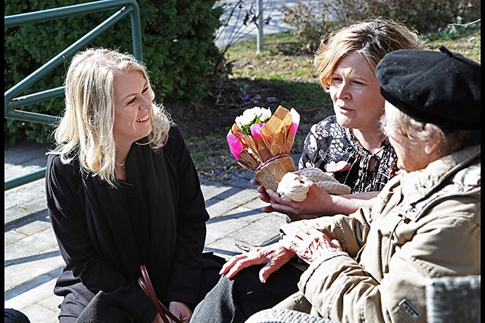 Photo of Minister for Children, the Elderly and Gender Equality Lena Hallengren visiting a home for older people.