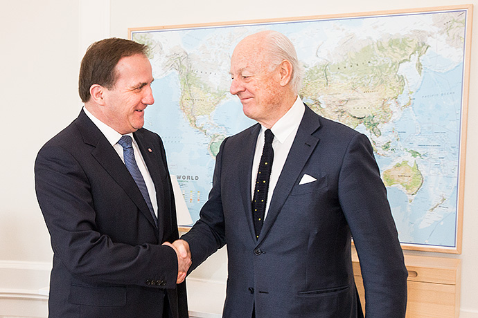 Stefan Löfven and Staffan de Mistura shake hands.