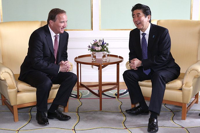 The Prime Minister Stefan Löfven and Prime Minister Shinzo Abe sitting in arm chairs.