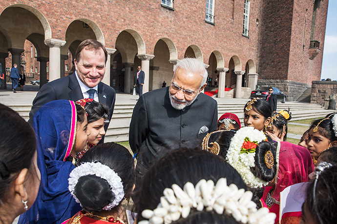 Löfven, Modi and a group of children.