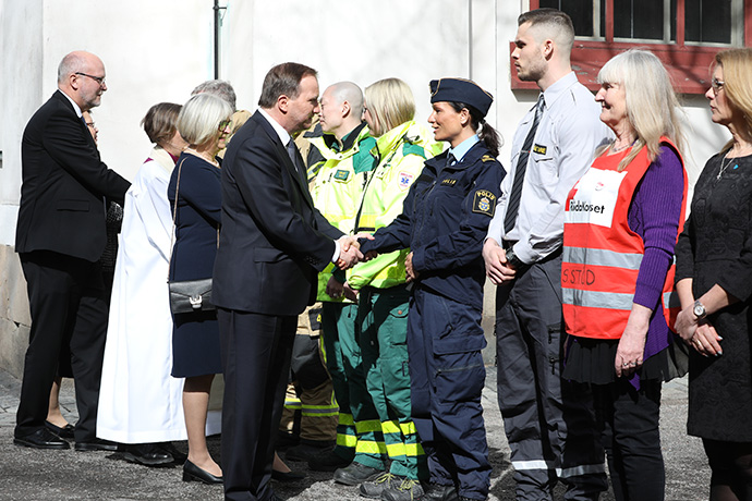 Prime Minister Stefan Löfven thanks representatives of the police, the emergency services staff, the medical staff
