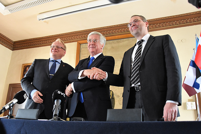 At a signing ceremony held at Karlberg Castle June 30, Swedish Minister for Defence Peter Hultqvist together with UK Defence Secretary Sir Michael Fallon and Minster of Defence of Finland Jussi Niinistö joined the United Kingdom-led Joint Expeditionary Force (JEF).